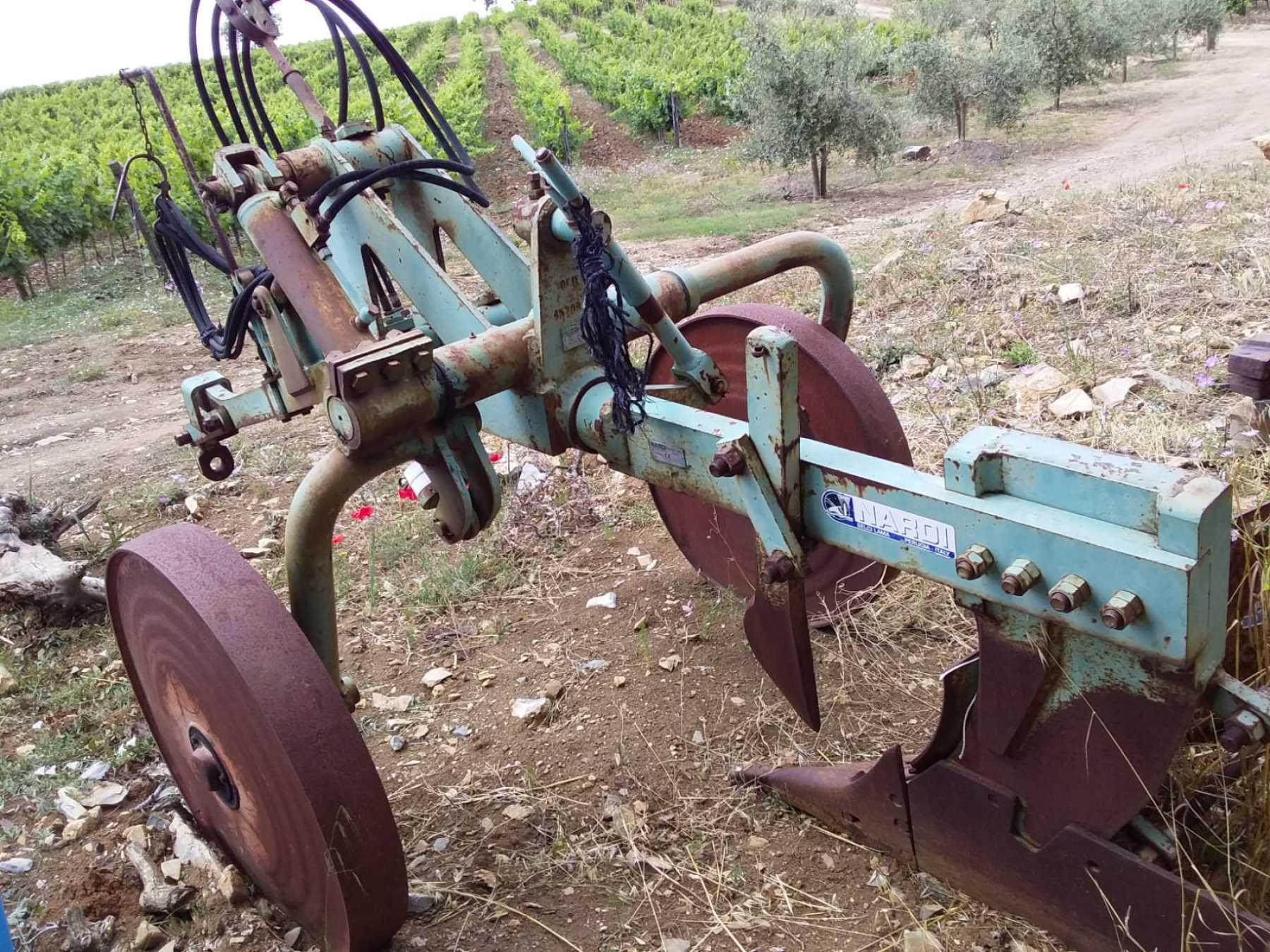 Aratro monovomere in ottime condizioni. Idraulico.