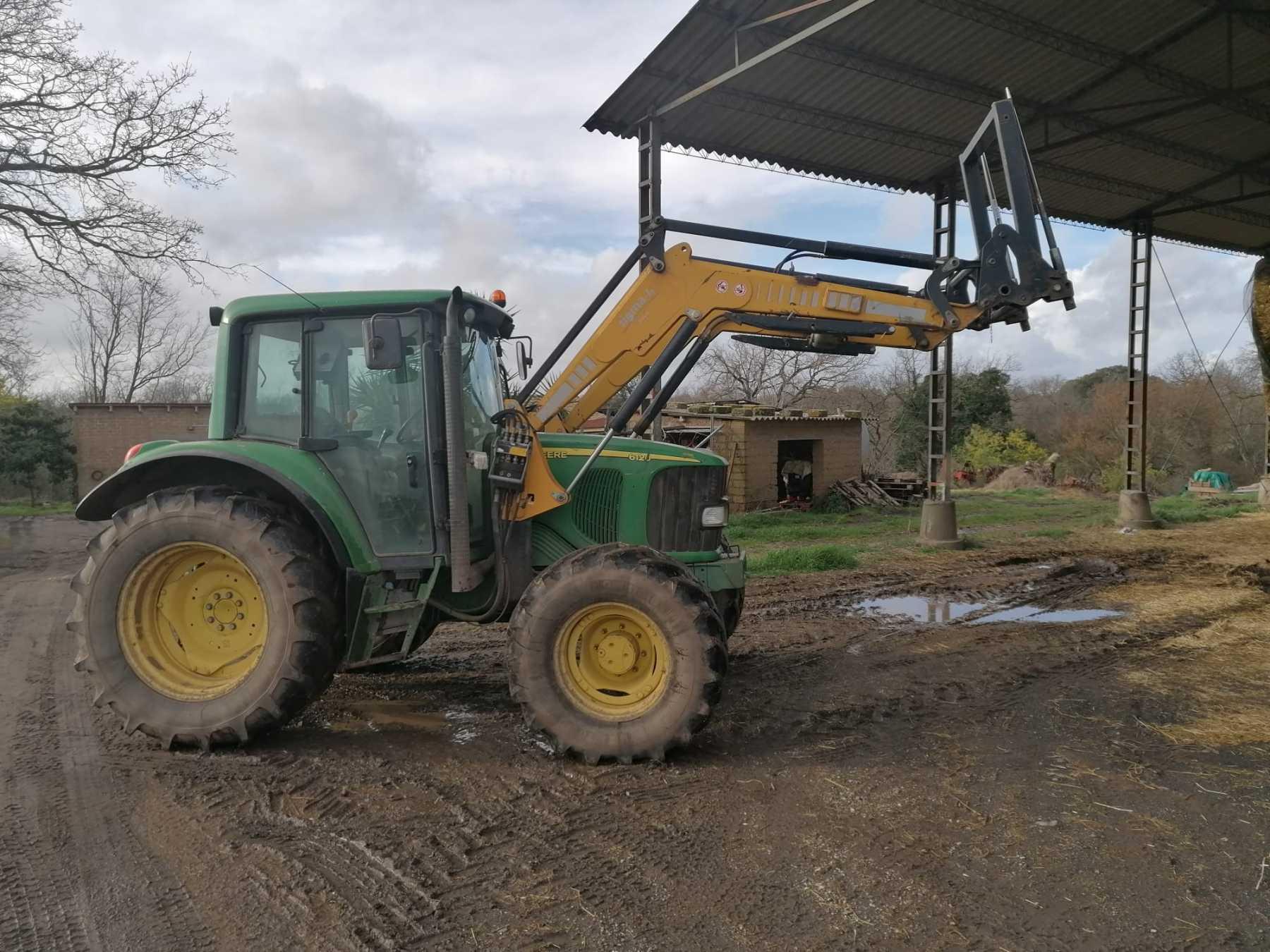 Trattore agricolo in discrete condizioni.