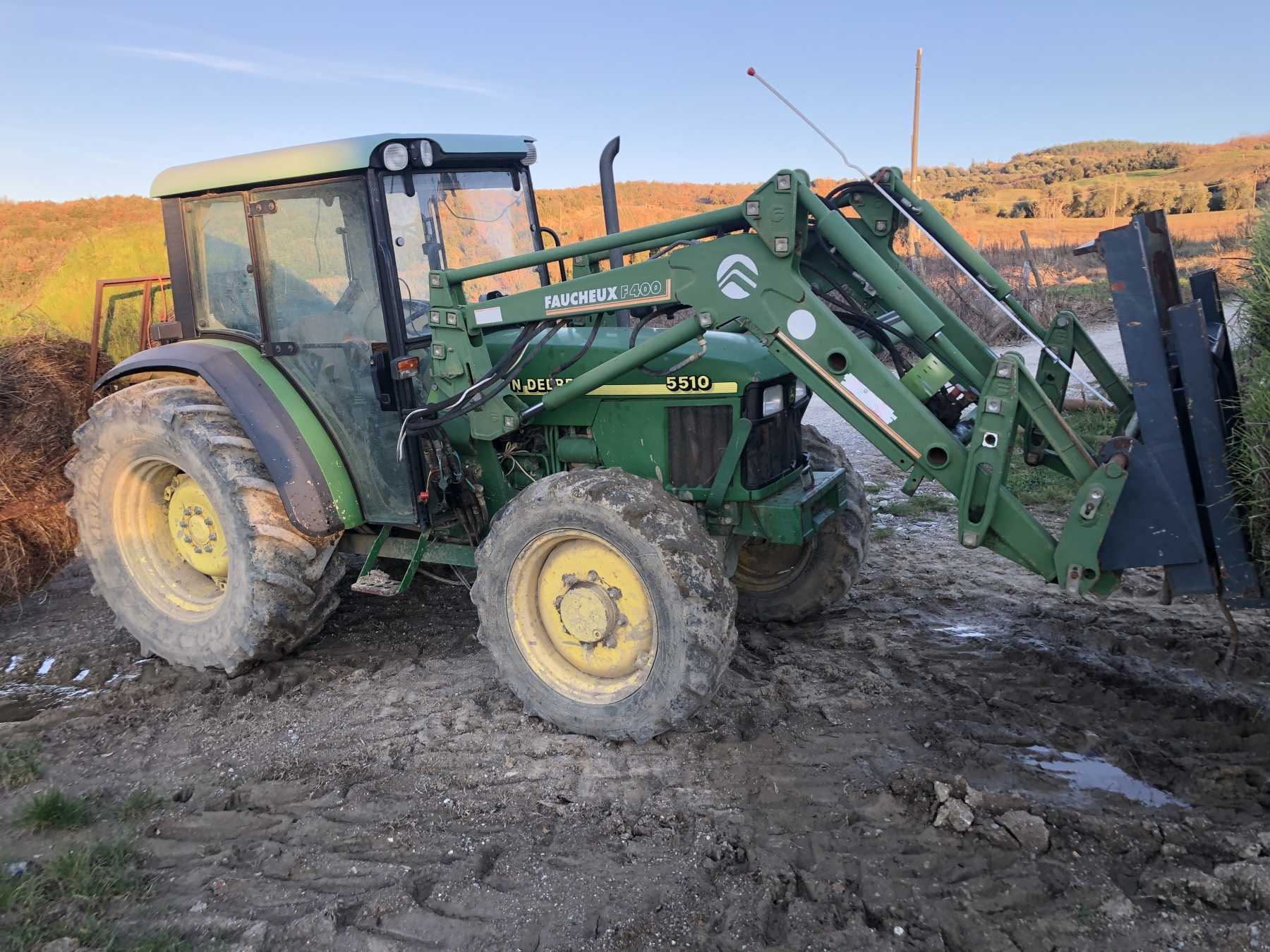 Trattore agricolo in buone condizioni. Cabina con